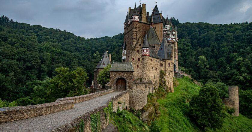 Von den Burgen Tirols zum Todesmarsch der Kosaken